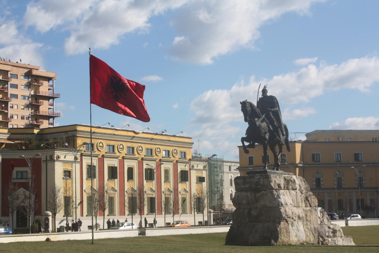 ジロカストラからティラナ経由でコソヴォへ』ティラナ(アルバニア)の ...
