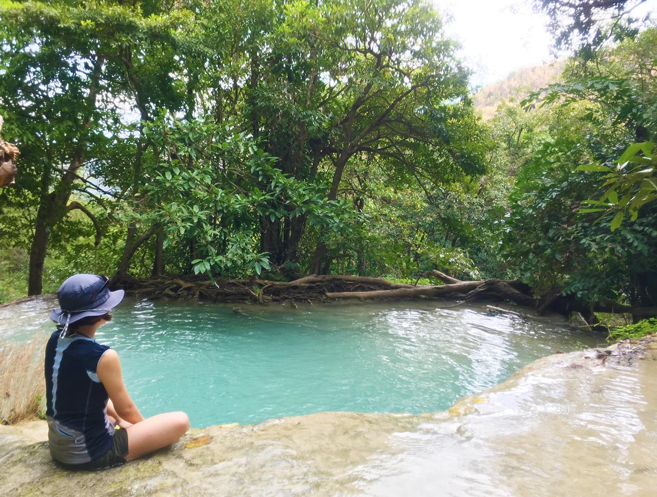 タイ06 カンチャナブリ: エメラルドグリーンのプールで滝浴み ...