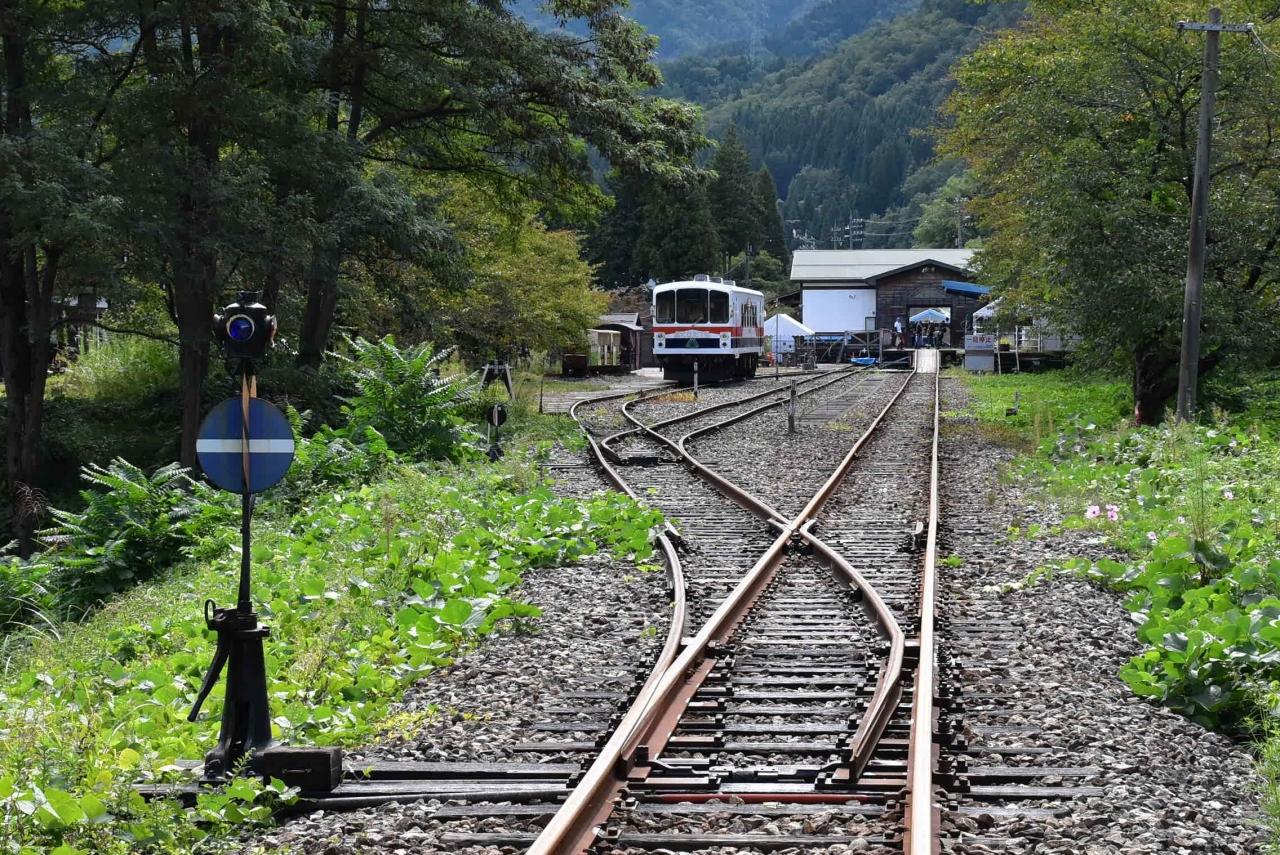 神岡鉄道廃線後のレールの上をガッタンゴットン走る(岐阜県奥飛騨)