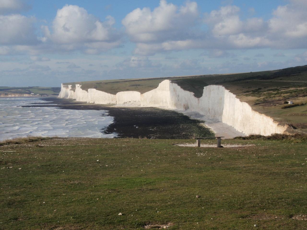 イギリス海峡に面した小さな町、セブンシスターズと中世の雰囲気を残す ...