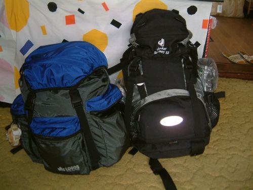 たった2週間強の旅なので、荷物はコンパクトにまとめて2人でこれだけです。小さめのバックパックを一人ひとつ。航空機も荷物のチェックインはなし、手荷物のみです。
