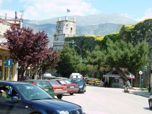 イオアニアにはノンストップで6時間後のお昼に到着。すぐアルバニア国境のカカビア行きのバスチケットを購入。1.5時間ほど待ち時間があったので、イオアニアの街を散歩しました。適当に歩いていると、お城らしき建物が現れました。イオアニアの旧市街、「アリパシャの城壁」と呼ばれる旧跡です。