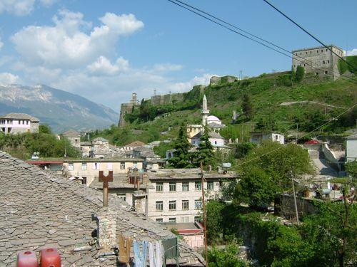 ギロカステルには1時間弱で到着。13ユーロ。アルバニアの通貨はレクですが、ユーロが通用します。<br />