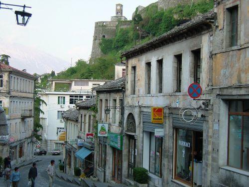 ギロカステラは小高い山の斜面に築かれた古い街です。山の頂上にはギロカステラ城が街を見守っています。