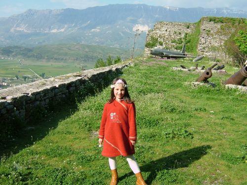ギロカステラ城そのものは博物館になっていて入場料一人1.5ユーロ必要です。しろの中央が博物館の入り口になっています。<br />中央ではなく端の階段からだと、無料で城の城壁に入れます。城の中には入れませんが、山を望み旧市街を見下ろす景観は格別です。<br />写真は花摘みをしていた女の子。