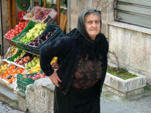 黒い服を着たおばあさんがいい感じです。