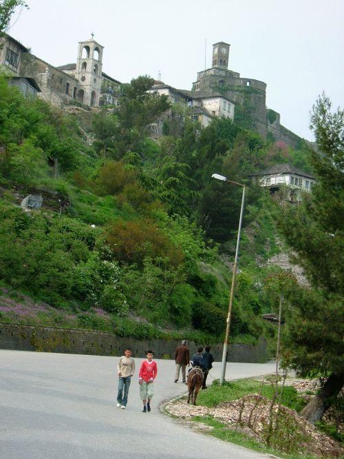 山の斜面に築かれた街では、当たり前のように老若男女、坂を歩きます。