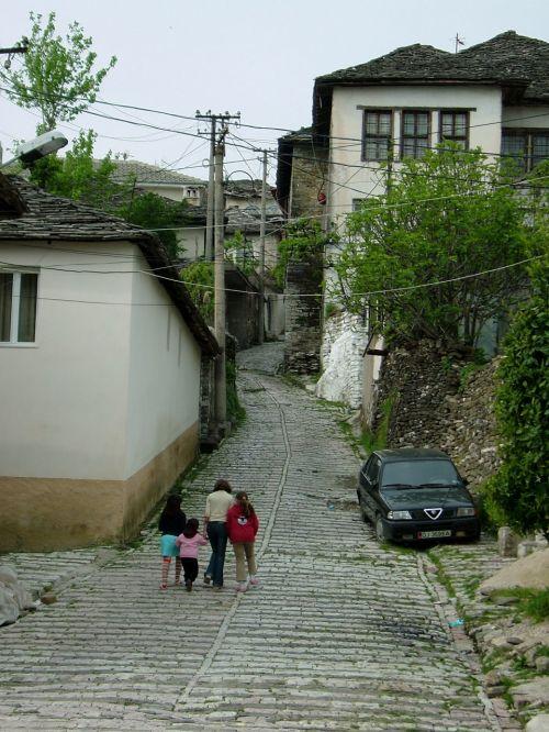 石だたみの坂道は歩きずらく結構急ですので、みなゆっくり歩きます。