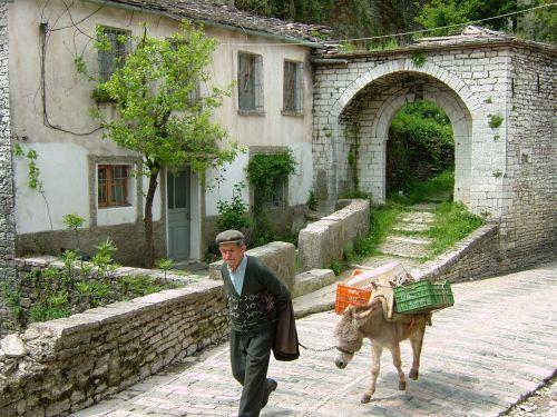 ロバを引き連れたおじいさんも歩きます。