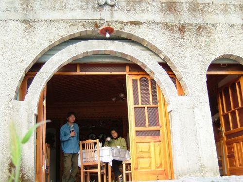 ギロカステルに2泊、夏の南欧の日没は遅く、8時半ごろ。1日半たっぷりのんびりしました。<br />宿は旧市街、ギロカステル城近くの「ハジ・コトニ」にお世話になりました。ツイン1泊1部屋20ユーロ。写真は宿の食堂から山と城と旧市街と新鮮な空気をすいながらの、朝食中。世話好きな宿のおじさんMr.ハジ・コトニもとても親切。おじさんの名前がそのまま宿の名前になってるんです。<br />晩御飯も手料理をごちそうになりました。こちらは交渉の結果2人で2食分5$。「ハジ・コトニ」と訪ねれば、タクシーの運ちゃんも、街の誰もが場所を知ってるので、簡単に見つけられます。<br />