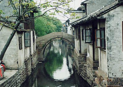 周荘(上海郊外)<br />この周荘はスケジュールの都合で2、3時間しか居れなかった。<br />ぜひ、もう一度ゆっくり見てみたい。ついでに運河を眺めながら酒でも飲んでみたいものだ。