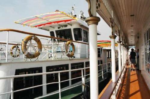 ハルピンの街から松花江へ。<br />ハルピンはロシアが東清鉄道と松花江が交わるところに造った街。その松花江をこの船で、しばし眺めてみた。