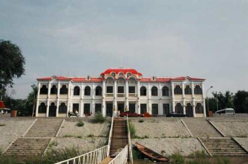松花江 <br /> ヨットハウス。昔、ロシアの高官が利用したのだろうか。 <br />