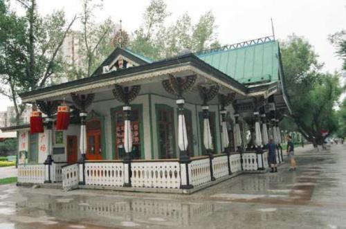 松花江 <br /> 松花江沿いのレストラン。これはシベリア地方の建築方式を採用したという。 <br />