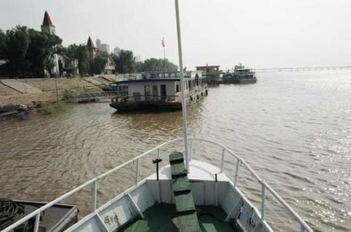 松花江<br />  上流の大雨の影響で1週間後には増水してボートは出せなくなるという。つまり増水まで1週間?中国は広い。