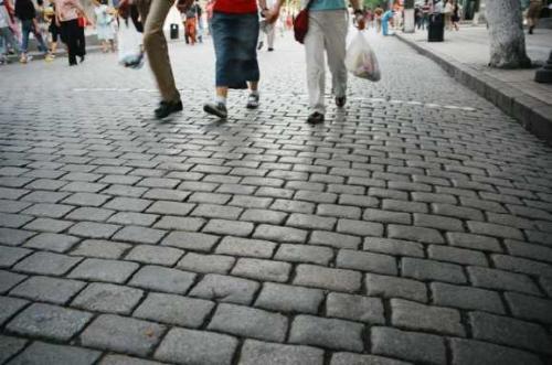 キタイスカヤ(中央大街)<br />4、50センチも厚さがある石畳。靴で表面が磨かれなかなか風情がある。