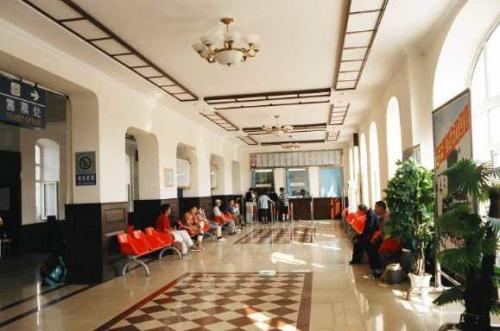 香坊駅 <br /> ホテルのロビーのように豪華な内部 <br />