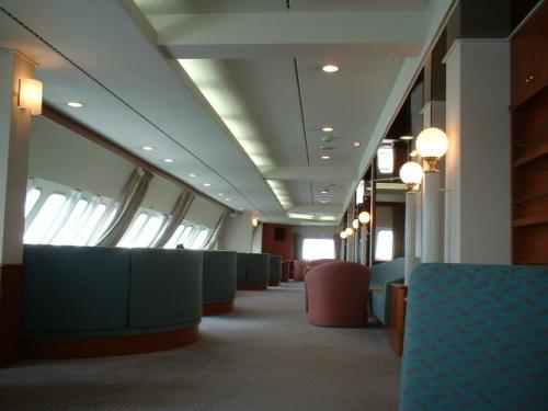パブリックスペースが充実した本船を代表する豪華な空間「展望サロン」