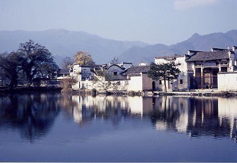 宏村の入り口に大きな池があり、村の家並みが写って美しい。<br />塩商人の豪邸が内部にある。民間紫禁城とよばれたという。