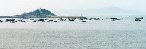 青島湾の小青島。堤で岸につながっている。ここで風に吹かれながら飲んだビールがうまかった。<br />