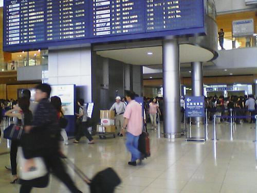 名古屋空港国際線ロビー<br />3連休の初日、かなり込んでいます。<br />中部になったら混雑は緩和されるのだろうか...
