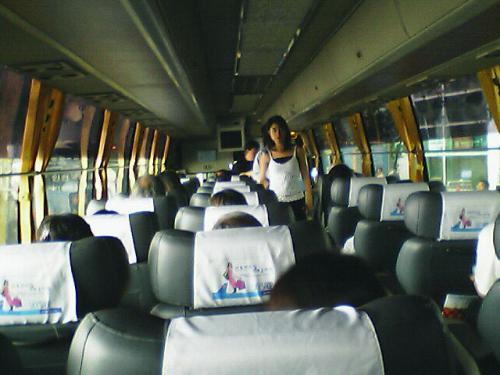 KALリムジンバス車内<br />一般バスの乗り場で市内行きのバスを待っていたら何故か、リムジン乗り場に連れて行かれた....<br />よほど、未熟者に見えたのでしょう...