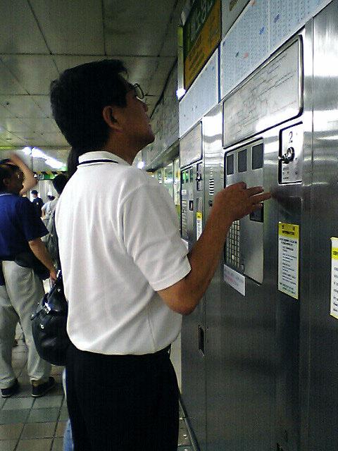 地下鉄の切符を買う。<br />日本人が地下鉄の切符を買えずにオロオロしておりました。<br />先に行き先ボタンを押し、お金を入れる。<br />日本式とは逆です。<br />最近では、日本式の販売機も増えてきましたが...<br />それにしても初乗りW900-とは、すごい値上げではあります。<br />