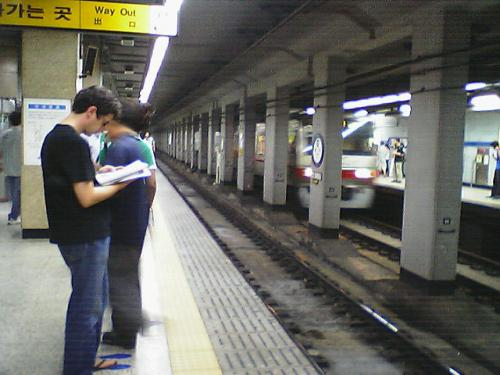 地下鉄1号線<br />ソウルの地下鉄は基本的に右側通行なんですが、1号線だけは左側通行。<br />日本の戦後賠償で作ったからとも言われています。<br />しばしば逆方向のホームに立つのは自分だけではないはず....