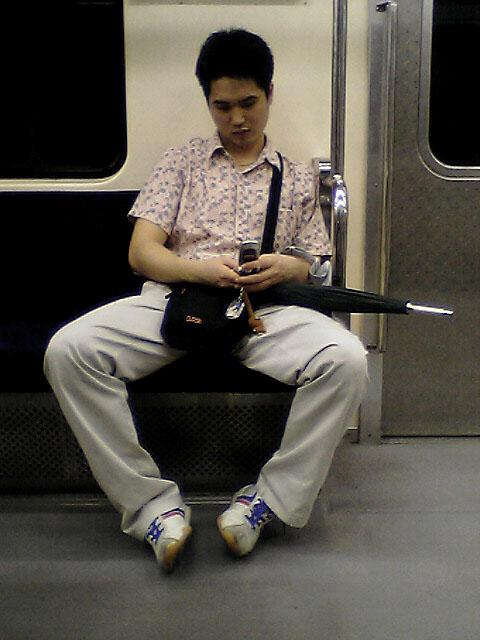 地下鉄内の携帯<br />韓国人も携帯が大好き!<br />両手の指を使って器用にハングルを打ち込んでおりました。<br />なお、走行中の地下鉄でも、電波が切れないのは、いいことなのか、悪いことなのか.....