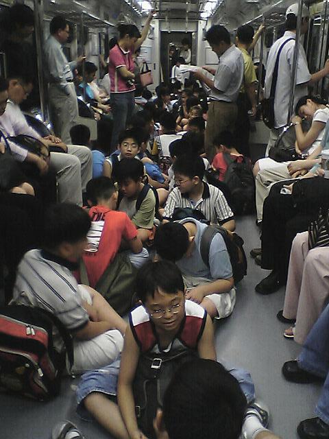 地下鉄内のガキども<br />地下鉄の一編成すべてガキどもに占拠されておりました。<br />通路の真ん中に延々と座らせて...<br />正直、参りました....