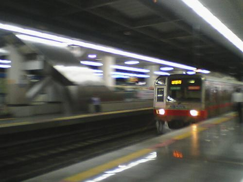 龍山駅 地下鉄の流し撮り<br />なんとか行き先の「清涼里(写真はハングル)」の文字が読めるほどに撮ることができました。<br />だいぶ、地下鉄の流し撮りも上達してきたと(なんのこっちゃ)自負しております^^;