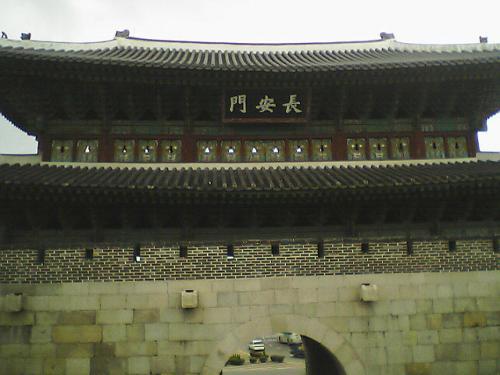 水原城 長安門<br />なかなか立派な門です。<br />門の中まで入れるのはありがたい。<br />