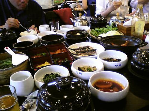 青山 韓定食<br />利川にあるドライブイン。<br />韓定食がW9,000-!<br />安い!!<br />パック旅行用のレストランとしてたくさんの日本人がいました^^;