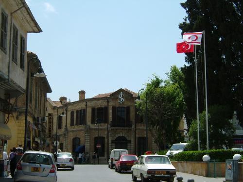 ニコシアの到着すると、早速、ニコシア観光のハイライト、北キプロスへ。キプロスは南北に分断され、南はギリシャ、北はトルコ系となっています。<br />写真は北側のニコシアに中心街。<br />色違いで全く同じデザインのトルコ国旗と北キプロス国旗が、ひるがえっています。