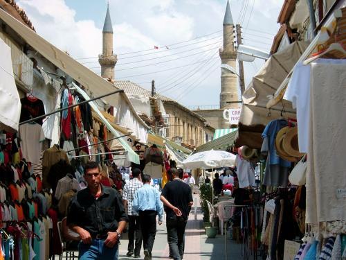 ギリシャ系南キプロスは、静かで穏やか。日本人からすると、ヤル気あるのか?と思うほどなのですが、トルコ系の北キプロスに入ると、打って変わって街は活気に溢れています。