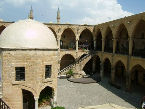 中心にそびえるモスクの双頭のミナレットが、シンボルです。<br />