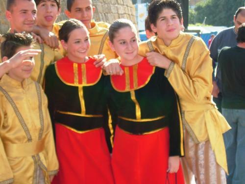 美しい伝統衣装を着けた人々が、華やかです。