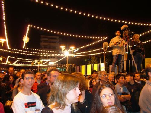 フェスティバルが始まったのは、その1時間後、そして人々が集いだしたのは夜9時過ぎくらいから。これが、こちらのスタイルのようです。<br />夜は、キプロス出身のギリシャの歌姫、「アナビシ」のダンサブルなライブで、EU加盟前夜祭は、盛大に盛り上がりました。