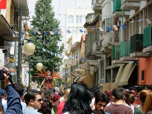 ニコシアの街は、祭りを楽しむ人々と喜びに溢れていました。
