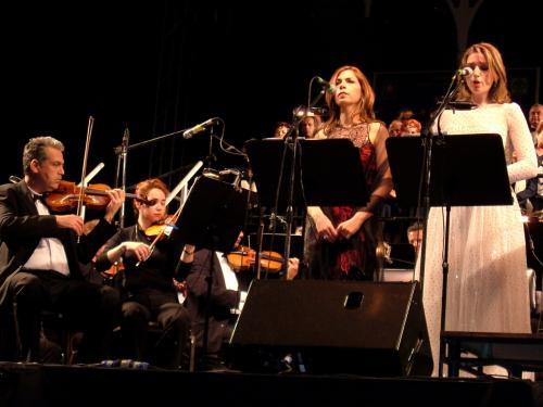 昨夜、前夜祭ではダンサブルなステージでしたが、今夜はオペラのアリアの歌声が、夜の街に、人々の胸に、しみ渡ります。<br />なんとも贅沢なひとときです。