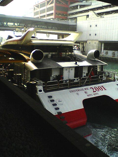 この船にのることとなる。<br />わずか1時間の船旅。<br />船に乗っているとあまり速度は感じないが、ハタから見ていると結構早い。