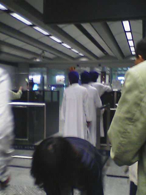 香港入国審査場。<br />謎のアラブ人が3人、ぴったりひっついて並んでいた。<br />異様な光景であった...<br />私が入国審査終了しても、まだ並んでいた。