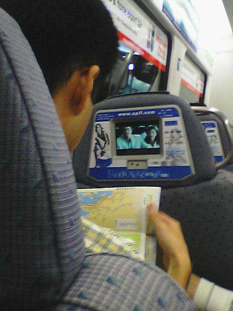 空港高速鉄道<br />なぜか、日本人はモニターがあるとスイッチを入れ、他ごとをやる習性があるようだ。<br />