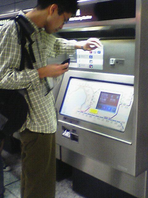 中環駅<br />地下鉄の切符を買えずにおろおろする日本人。<br />