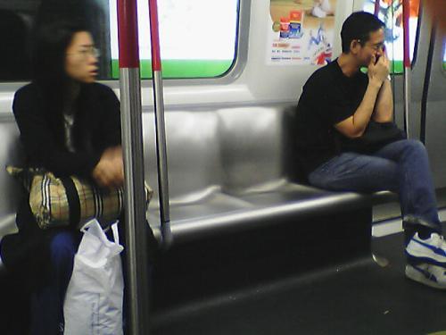 地下鉄の座席はステンレス製<br />痔の人にはチト辛かろう....