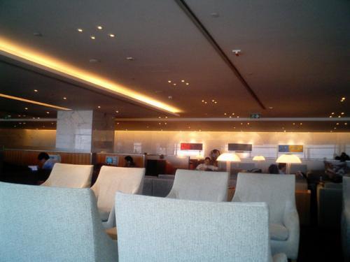 香港空港、キャセイビジネスラウンジ<br />キャセイは香港ではナショナルフラッグだけあって、このラウンジはとてつもなく広い。<br />うれしいことに、スモーキングバーもある。<br />