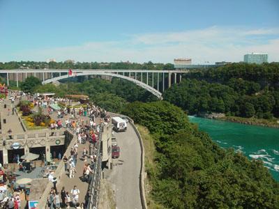 ナイアガラ川を挟んだ写真の奥がアメリカです。レインボーブリッジがカナダ側との架け橋になっています。