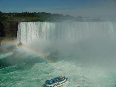 Rainbow on the falls!<br />ナイアガラ観光3度目にして、初めてみた虹です。<br />感動~♪大自然のスペクタクルですよ、すぺくたくる。