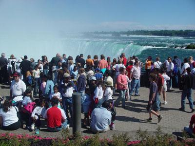 テーブル・オン・ザ・ロックにてカナダ滝を見物する観光客の様子。実は小さな水しぶきがパラパラふっています。