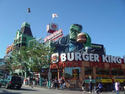 昔はカナダ一俗っぽい観光地と言われていたそうです(笑)。スパイダーマンもどこかでぶら下がっていました。
